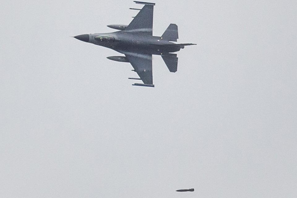 F-16 met bom_Noventas by MinDef