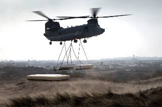 Chinook vervoert dak bunker