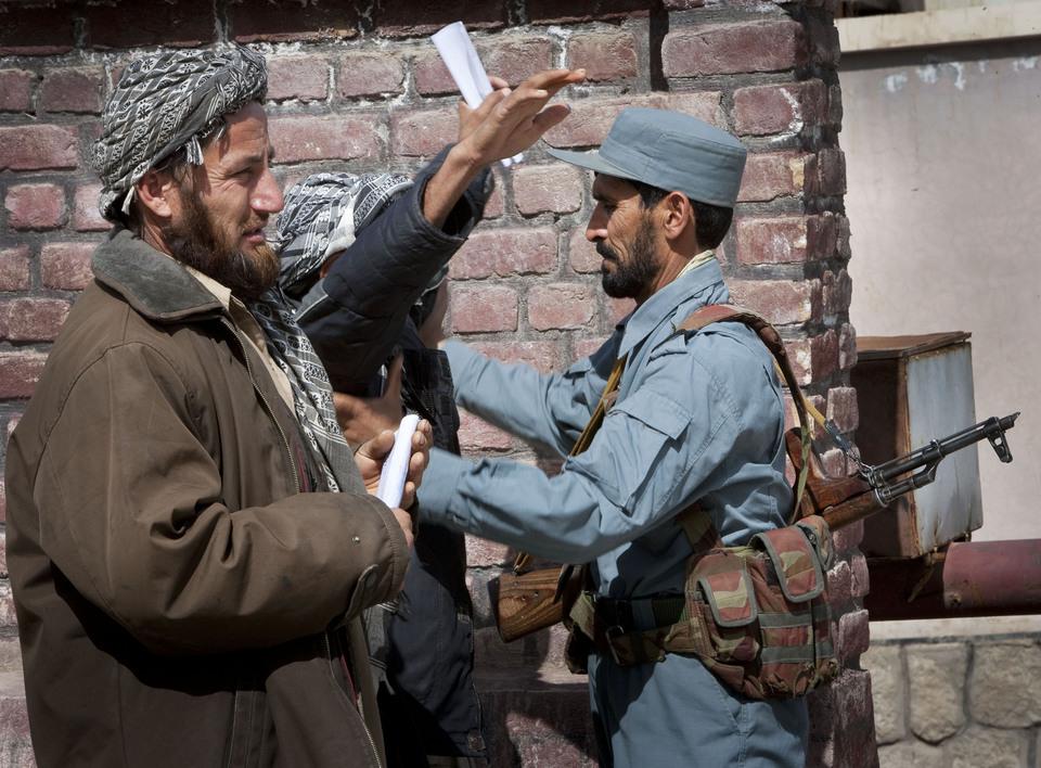 Afghanistan,Kunduz,01 april 2012 De eerste patrouille door de straten van Khanabad van het POMLT en de AUP (Afghan Uniformed Police) samen waarbij de mentoren van de KMAR de in de theorie trainigsweek aangeleerde vaardigheden bij de Afghaanse politie agenten terugzien in de praktijk.