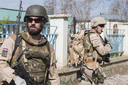 17 maart 2013, Khanabad Afghanistan. Force protection doet een verkennings patrouille door de stad voor het opbouwen van een speeltuin.