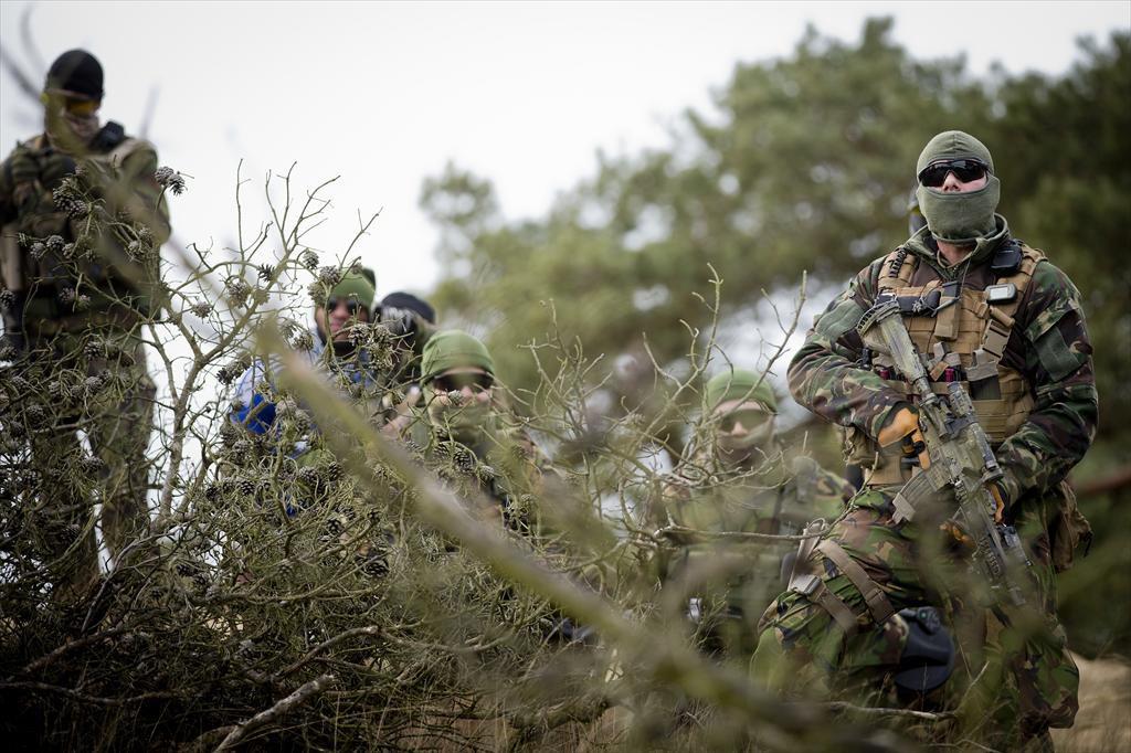 Budel - Nederlandse commando's van het KCT, Korps Commando Troepen maken zich klaar voor de eerste missie in Mali. De MINUSMA missie bestaat uit waarnemen en verkennen. In eerste instantie gaan ze werken vanuit Goa. Evert-Jan DanielsBudel - Nederlandse commando's van het KCT, Korps Commando Troepen maken zich klaar voor de eerste missie in Mali. De MINUSMA missie bestaat uit waarnemen en verkennen. In eerste instantie gaan ze werken vanuit Goa. foto: Evert-Jan Daniels
