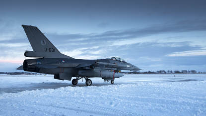 Litouwen, Siauliai, 4 januari 2017. BALTOPS. Nederland levert 4 F-16's ter verdediging van het luchtruim boven de Baltische staten. Foto: Een F-16 vertrekt, over een sneeuwvrij gemaakte baan, richting zijn nieuwe lokatie.