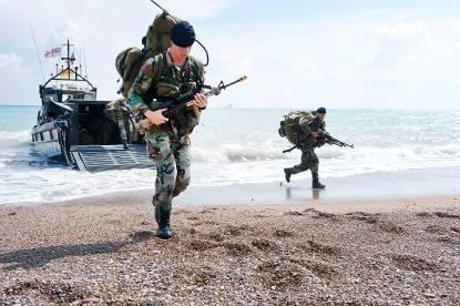 nederlandse-mariniers-komen-aan-land