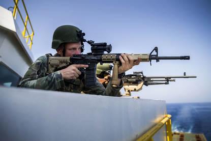 21 Oktober 2016, Rode Zee.Leden van het het VPD team voeren contact drills uit en schieten aansluitend de MAG's in.