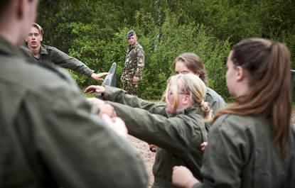 Woensdrecht, 18 mei 2016 .Luchtmacht Reservisten (GLR)..Luchtmachtreservisten aan het werk op de VeVa in Woensdrecht..Een instructeur kijkt toe hoe de VeVa leerlingen over de hindernisbaan gaan.