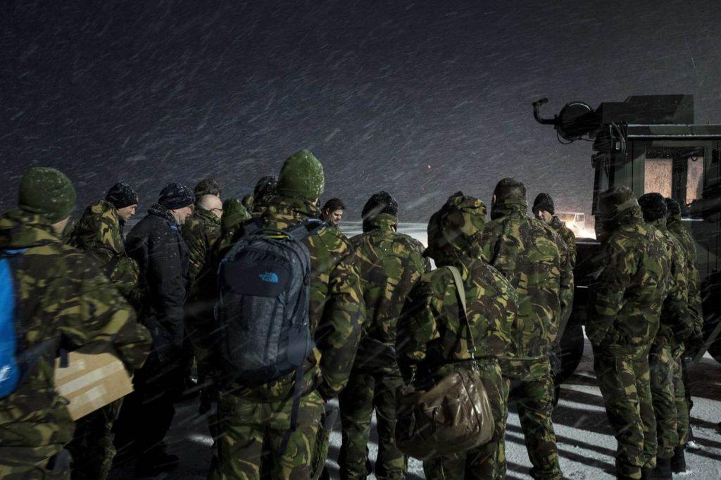 Litouwen, Siauliai, 3 januari 2017. BALTOPS. Nederland levert 4 F-16's ter verdediging van het luchtruim boven de Baltische staten. Foto: Briefing van personeel tijdens een sneeuwbui.