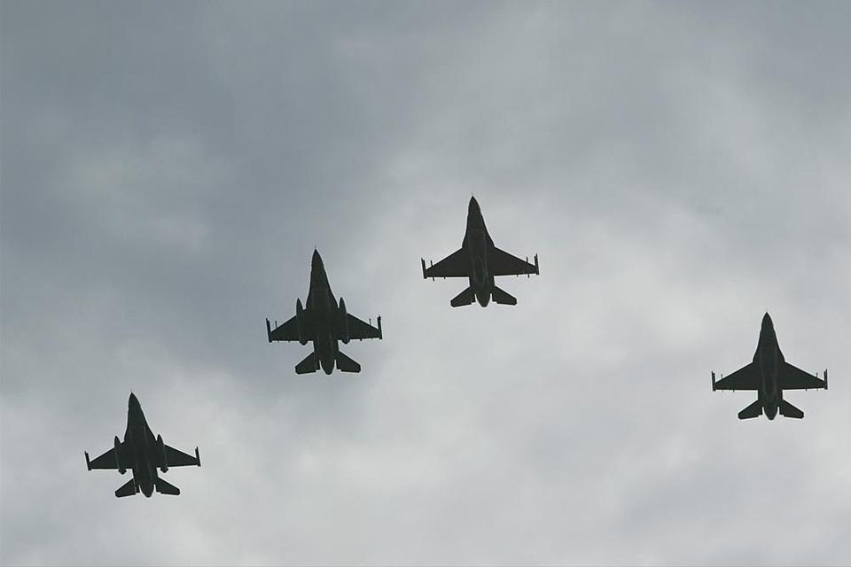 nederlandse-f-16s-vliegen-in-de-missing-man-formation_noventas-by-mindef
