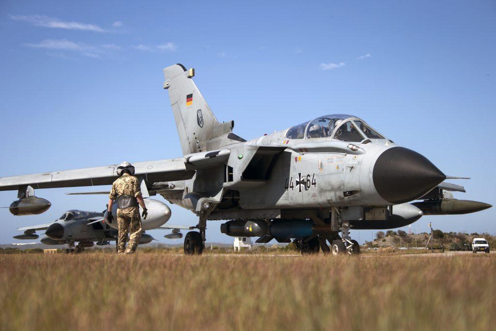 Kampfjets vom Typ Tornado IDS ASSTA 3.0 rollen auf die Startbahn im Rahmen der Übung Two Oceans in Bredasdorp/Südafrika, am 20.03.2017.