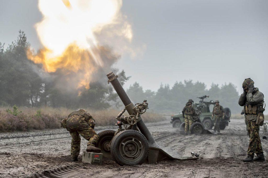 't Harde, 30 augustus 2017. LFX 120 mm mortieren met de Chinooks van het DHC.