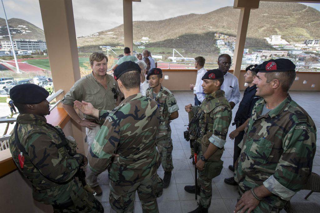 Sint-Maarten, 11 september 2017. Steunverlening na passage van orkaan Irma. De koninklijke marine levert hulp met oa Zr.Ms. Zeeland en Zr.Ms. Pelikaan. De koninklijke luchtmacht, koninklijke landmacht en koninklijke marechaussee worden ook ingezet op het getroffen eiland. Koning Willem-Alexander brengt een bezoek aan Sint-Maarten.