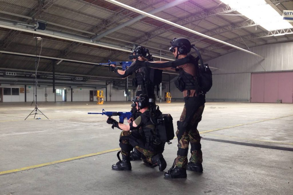 militairen-trainen-met-suit_noventas-by-mindef