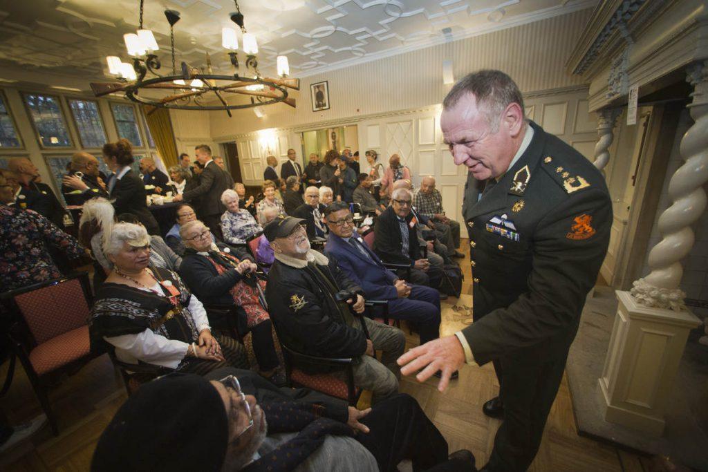 Hilversum 21-11-2017  De Inspecteur Generaal der Krijgsmacht  (IGK)  De luitenant-generaal Hans van Griensven. Heeft vandaag op zijn hoofdkwartier de Zwaluwenberg  Molukse KNIL veteranen ontvangen. In het kader van erkenning en waardering voor deze oud militairen en hun familie.