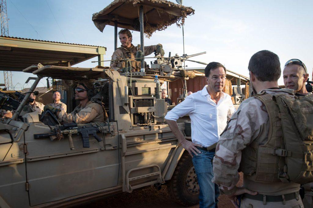 Mali,Gao,29 november 2017 De minister president Mark Rutte bezoekt samen met Commandant der Strijdkrachten vice-admiraal Rob Bauer de miltairen in Gao. Ze zwaaien de troepen die op patrouille gaan uit.