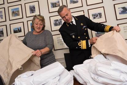 Den haag, 14 november 2017. Mevrouw Mouthaan heeft 1.400 Kerstkaarten geschreven aan alle uitgezonden militairen. De CDS neemt de kaarten in ontvangst in zijn werkkamer in Den Haag.