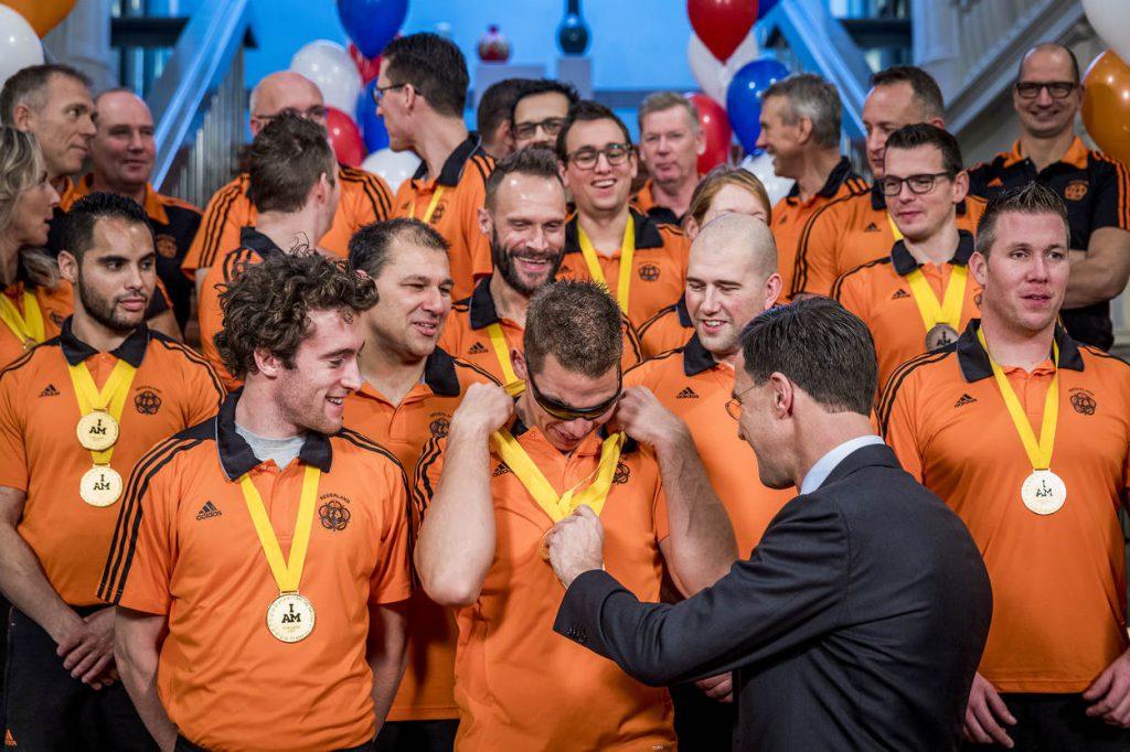 Den Haag, 4 december 2017. Het Invictus Team op de foto met minister-president Mark Rutte bij het ministerie van Algemene Zaken.