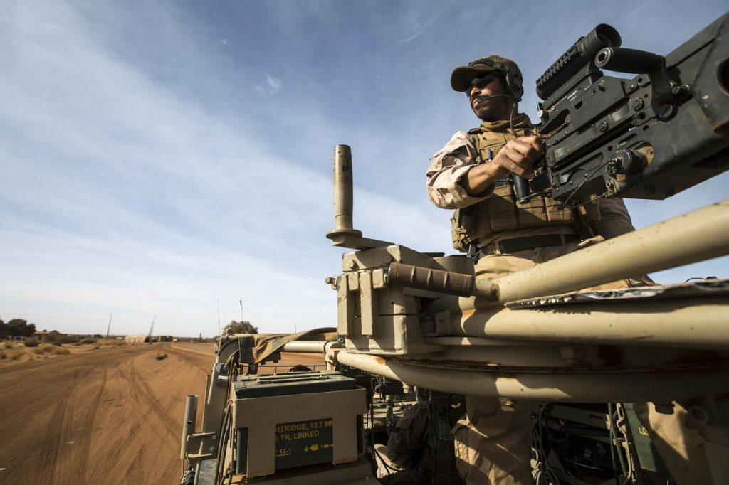 Mali, Gao, 23 januari 2017.. Patrouille van TGDF (Task Group Desert Falcon)  door Gao en regio..Foto: .50 Boordschutter van de MB.