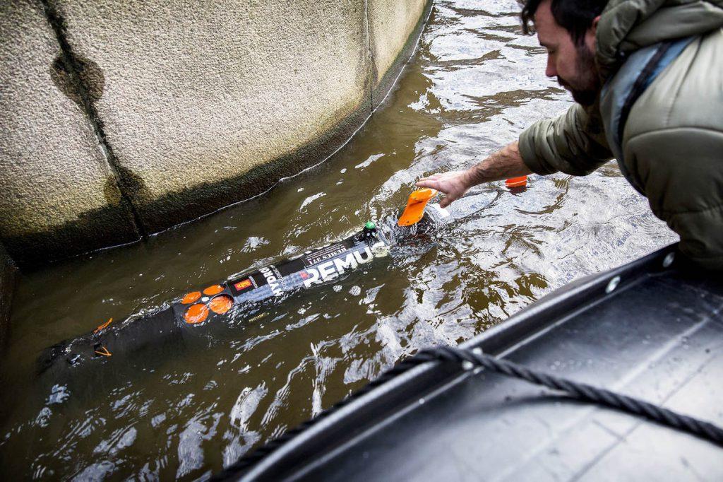 Amsterdam, 2 december 2015..Duikers van de Koninklijke Marine zoeken naar een vermist persoon in gracht bij de Oudeschans in Amsterdam. Ze maken gebruik van de Remus.