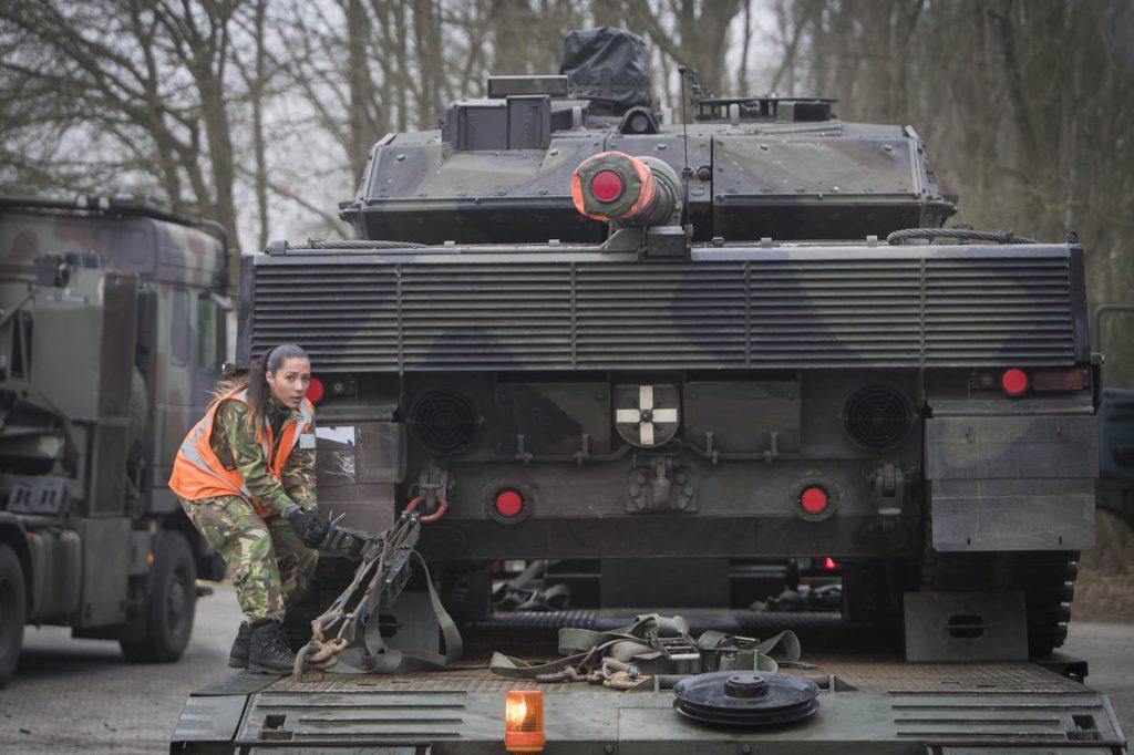Vriezeveen/Eemshaven - Vandaag heeft 140 Zwaar Transport Compagnie een mooie klus mogen doen door acht Leopard 2A6 tanks af ter leveren op de Eemshaven. Van hieruit gaan ze naar Finland. In het verleden zijn deze tanks weg bezuinigd en verkocht aan Finland. Foto: Kapitein Evert-Jan Daniels
