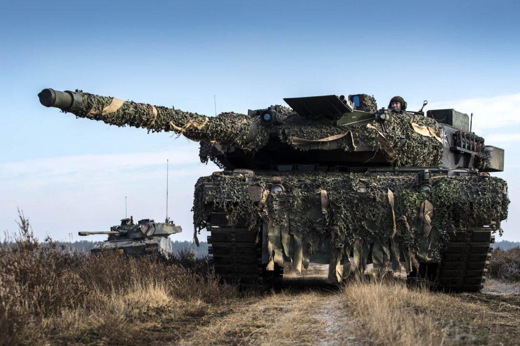 Duitsland, Klietz, oefening Peacock Supremacy, 15 februari 2018. Landmachtmilitairen van 43 mechbrig oefenen onder meer in het optreden met CV90's. Foto: Gezamenlijk optreden van een Duitse leopard tank en een Nederlandse CV90.