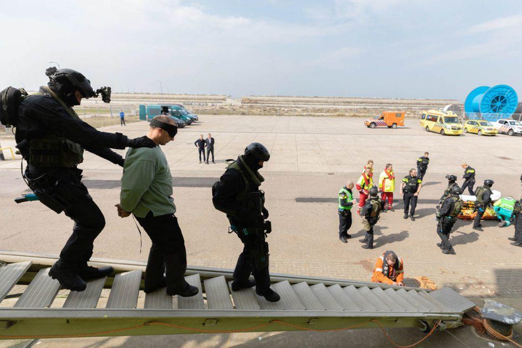 IJmuiden, 11 april 2018 Port Defender 2018 Terrorismebestrijdingsoefening. Ontzetting gegijzeld kustwachtschip door de dienst speciale interventies, waar special forces van het korps mariniers deel van uitmaken. Trainen van samenwerking met civiele instanties.