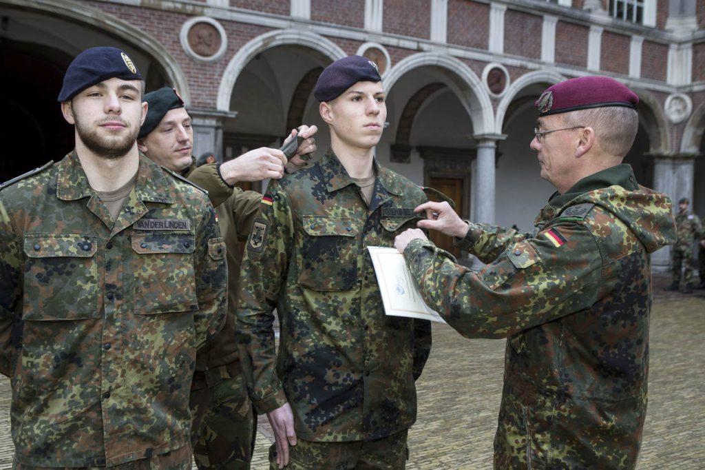 Breda, NLDA, 30 maart 2018. Bilaterale bevordering op Nederlandse wijze van 2 Duitse cadetten, door een Nederlandse en Duitse autoriteit. De strepen worden op Nederlandse wijze 'nat gemaakt'