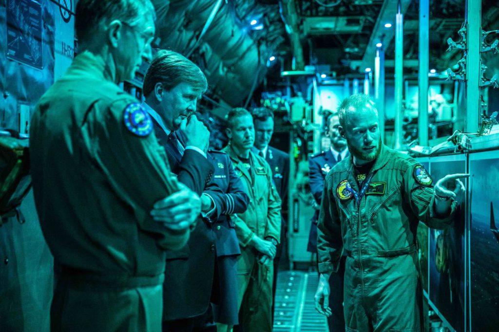Eindhoven, 13 april 2018  Zijne Majesteit de Koning heeft vrijdagmiddag 13 april 2018 een werkbezoek gebracht aan vliegbasis Eindhoven. Doel van het bezoek was om de Koning te informeren over de toekomst van de basis en over de taken en operaties van de squadrons.  Bij aanvang van zijn bezoek werd Koning Willem-Alexander ontvangen door de Commandant Luchtstrijdkrachten, luitenant-generaal Dennis Luyt en door de commandant van vliegbasis Eindhoven, kolonel Elanor Boekholt-O'Sullivan. Na een korte toelichting op de ontwikkelingen binnen de Luchtmacht werd stilgestaan bij de oprichting van het Air Mobility Command, een commando binnen de Luchtmacht dat zich richt op de volledige keten van luchttransport.  Vliegbasis Eindhoven levert met de KDC-10 tank- en transportvliegtuigen strategisch militair luchttransport en verzorgt het bijtanken in de lucht van militaire vliegtuigen. De komende jaren worden deze KDC-10 vliegtuigen vervangen door de Airbus A330 Multi Role Tanker Transport. De Koning sprak met vertegenwoordigers van de nieuwe eenheid die met deze toestellen in 2020 de vliegbasis als thuisbasis krijgt. De basis ontwikkelt zich daarmee tot een belangrijke schakel in het strategische logistieke netwerk van de NAVO.  De vliegbasis levert ook tactisch luchttransport in de vorm van de C-130 Hercules transportvliegtuigen. De inzet van dit transportvliegtuig wordt steeds meer geïntegreerd in het gezamenlijk optreden met grondeenheden zoals de Luchtmobiele Brigade, het Korps Commandotroepen en het Korps Mariniers. De Koning kreeg uitleg over de mogelijkheden die het toestel biedt op het gebied van parachutisten droppen, het bevoorraden vanuit de lucht, het uitvoeren van landingen in vijandig gebied en het evacueren van burgers. Gedurende het bezoek werd ook gesproken over de openstelling die door de militairen wordt geboden voor de civiele medegebruiker Eindhoven Airport. Verder was er aandacht voor de medewerking van personeel en materieel aan de hulpverlening na orka
