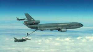 kdc-10-tankt-f-16s-bij-in-de-lucht