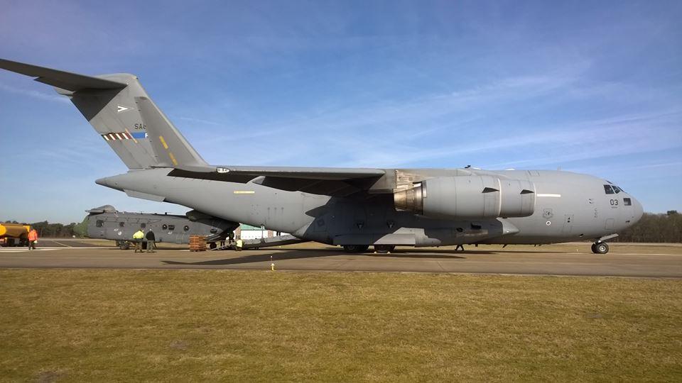 Een Chinook van de Koninklijke Luchtmacht in een C17 op Gilze-Rijen