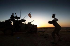 Een commando traint tijdens een pauze van een lange afstandsverkenning met gewicht in Mali
