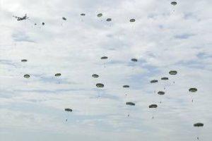 parachutisten-boven-de-ginkelse-heide-tijdens-de-herdenking-van-60-jaar-market-garden