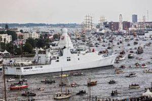 patrouillevaartuig-omringd-door-bootjes