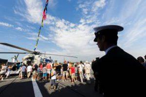 publiek-bekijkt-helikopter-tijdens-sail