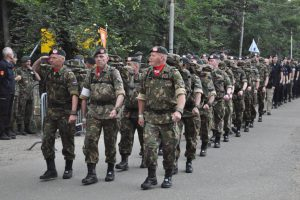 wandelende-militairen-op-de-eerste-dag-van-de-vierdaagse_Noventas by MinDef