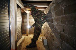 Roermond, 24 maart 2015, Genietroepen van de Landmacht helpen de Fiod met het opsporen van bewijsmateriaal uit de huizen van criminelen.