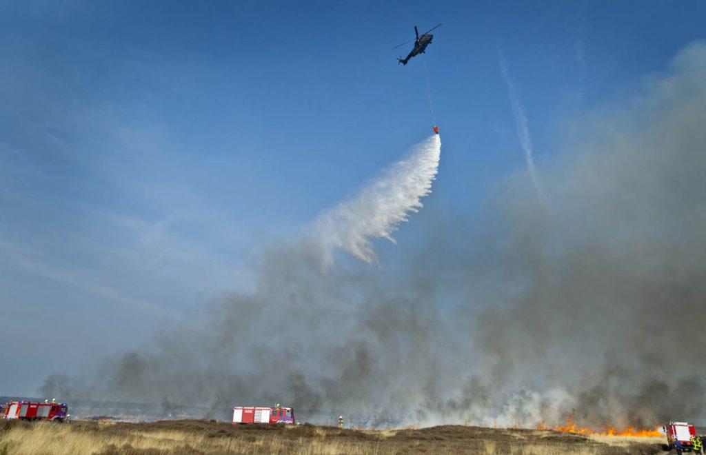 Oldebroek, 14 maart 2014.Brandbestrijdingsoefening i.s.m. Luchtmacht en Civiele brandweer met Cougar en Koninklijke Landmacht brandweerpeloton op artillerieschietkamp te Oldebroek.