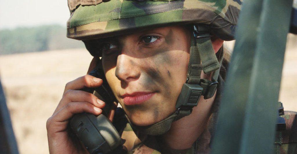 vrouw-militair-telefoon_noventas-by-mindef
