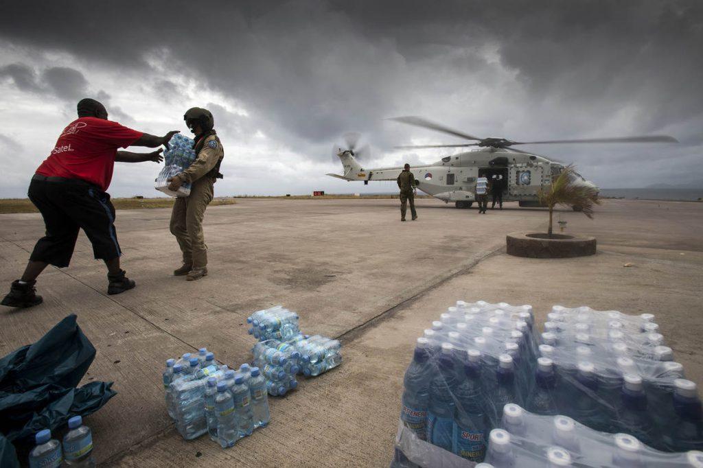 Saba, 9 september 2017..Steunverlening na passage van orkaan Irma. De koninklijke marine levert hulp met oa Zr.Ms. Zeeland en Zr.Ms. Pelikaan. .De NH90 helikopter levert drinkwater af op Saba.