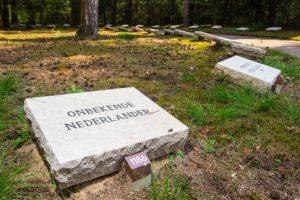 - 29-05-2018 - Ereveld Loenen - BIDKL start met het openen van de laatste 103 onbekende graven in op Ereveld Loenen.  - Graf van een onbekende nederlander op Ereveld Loenen