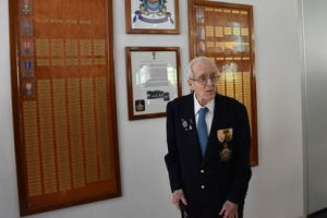 Oud-officier-vlieger en zeewaarnemer André Hissink na de onthulling van de erewand